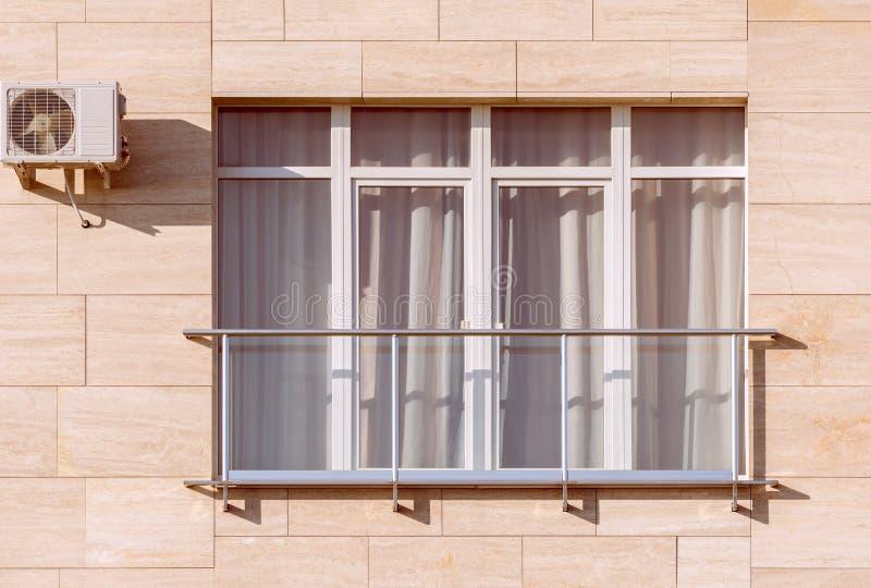 Windows y balcones de la nueva casa urbana fotografía de archivo libre de regalías