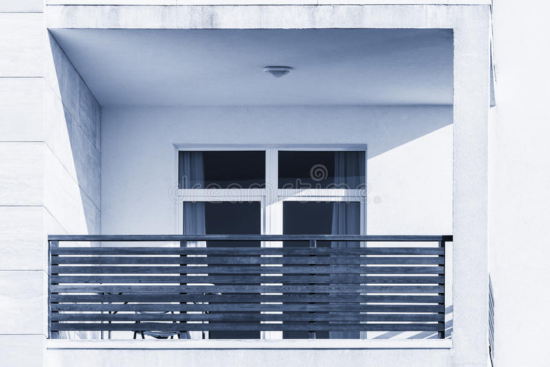 Windows y balcones de la nueva casa urbana imagen de archivo