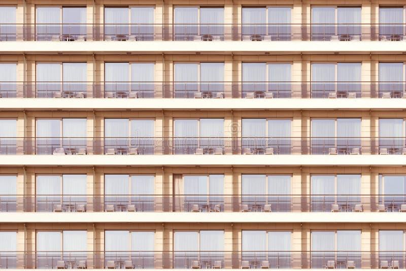 Windows y balcones del hotel foto de archivo