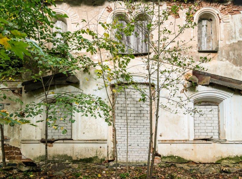 Windows y puertas de una casa abandonada cubierta con los ladrillos imagenes de archivo