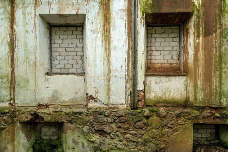 Windows y puertas de una casa abandonada cubierta con los ladrillos fotografía de archivo