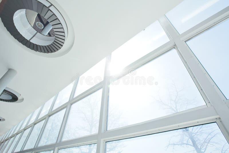 Windows y techo blancos grandes imagen de archivo