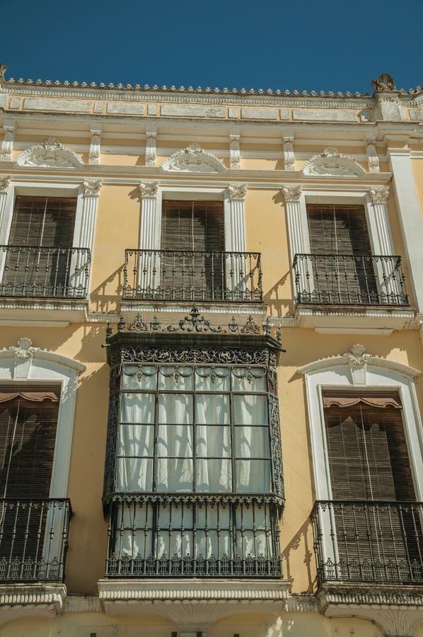 Windows z balkonem na starym budynku Merida obraz stock