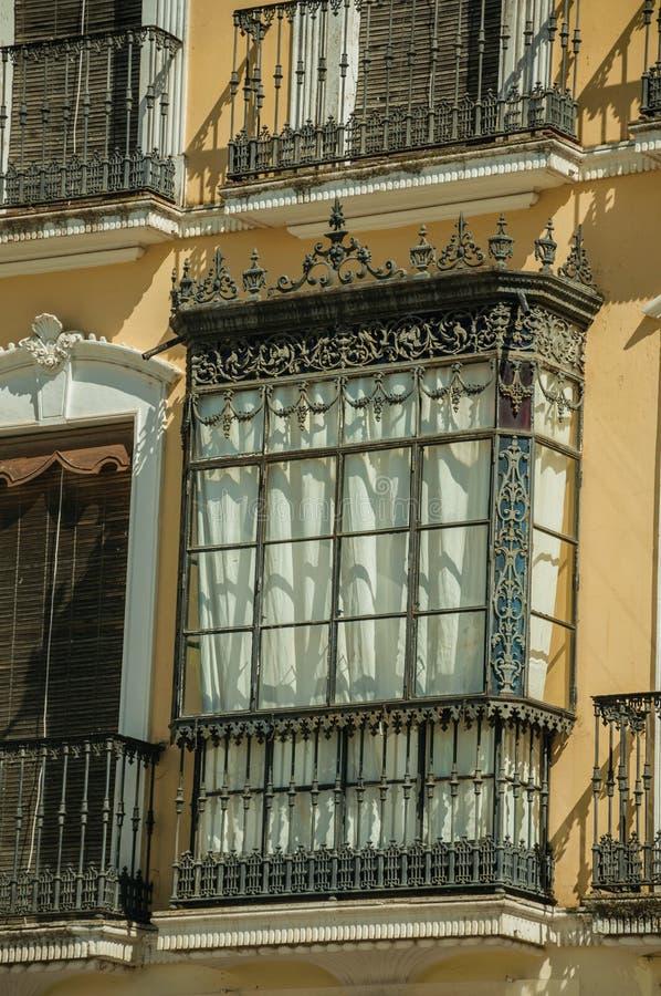 Windows z balkonem w starym budynku przy Merida zdjęcie royalty free