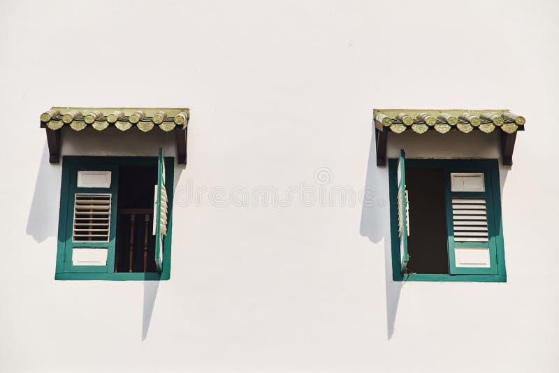 Windows z rocznikiem zamyka przeciw białej ścianie fotografia royalty free