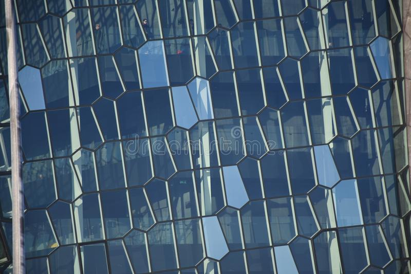 Windows zigzag moderni di Reykjavik, Islanda immagini stock