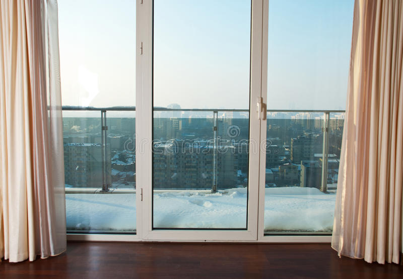 Windows zum Balkon lizenzfreies stockbild