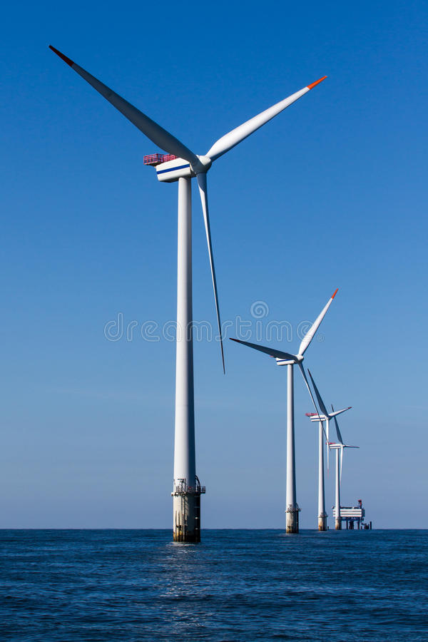 Windpark a pouca distância do mar fotos de stock