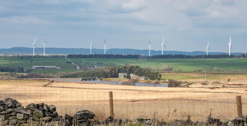 Windpark und Scargill-Reservoir auf den North Yorkshire-Tälern lizenzfreies stockbild