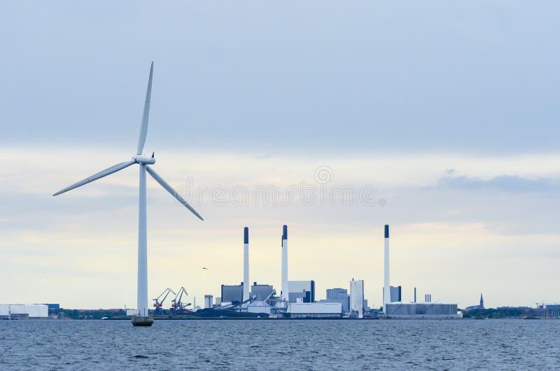 Windpower contro coalpower fotografia stock