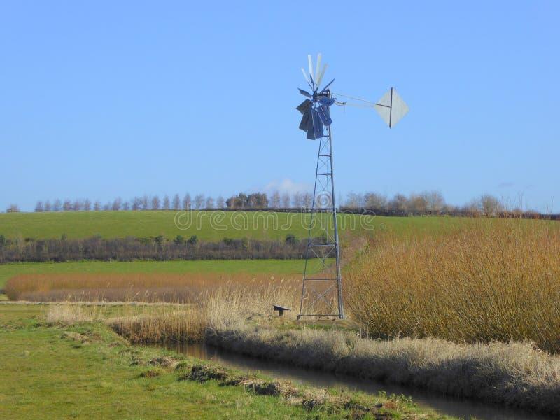 Windpump από τη φυτεία και την τάφρο ιτιών στοκ φωτογραφία