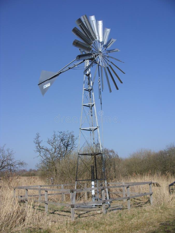 Windpump en acier au marais de Wicken images libres de droits