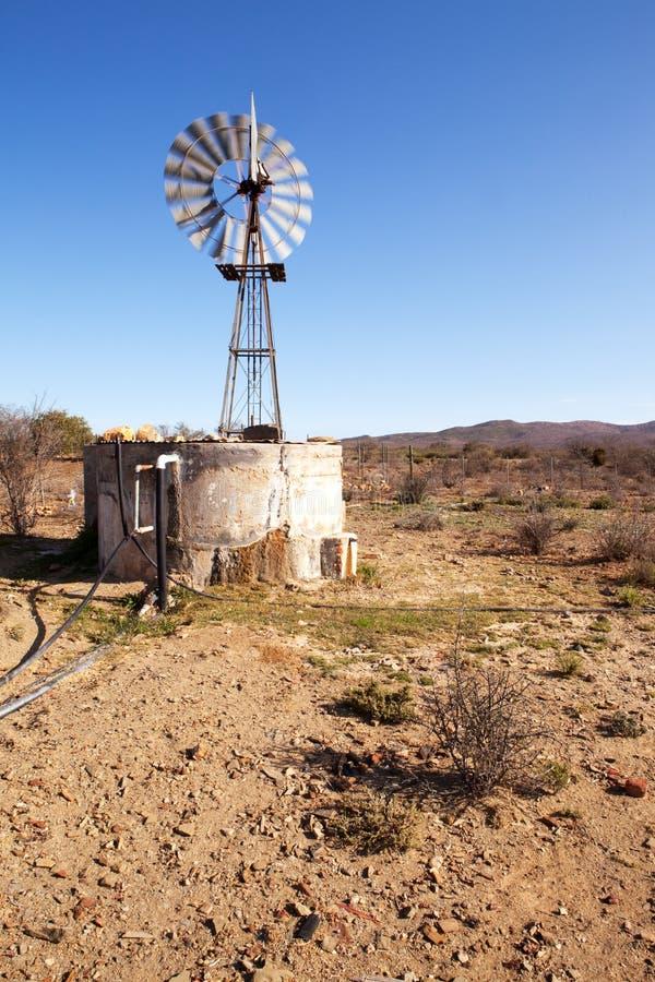 Windpump móvil al lado de la presa en Karoo foto de archivo libre de regalías