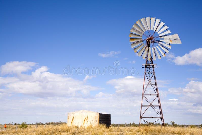 Windpump nell'entroterra Australia immagini stock libere da diritti