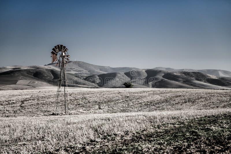 Windpump och kullar arkivfoton