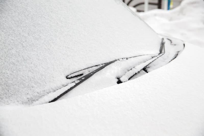 Windscreen wipers i śnieg zakrywający samochód obrazy stock