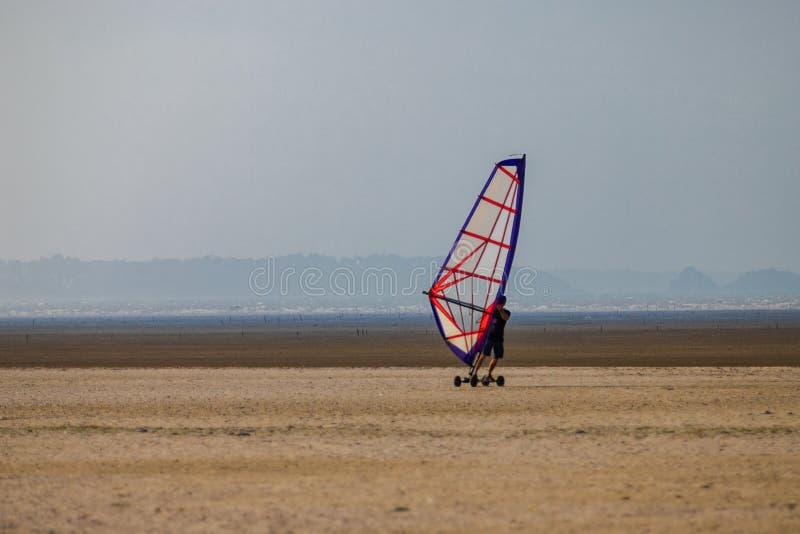 Windskate op het strand die in het zand lopen stock foto