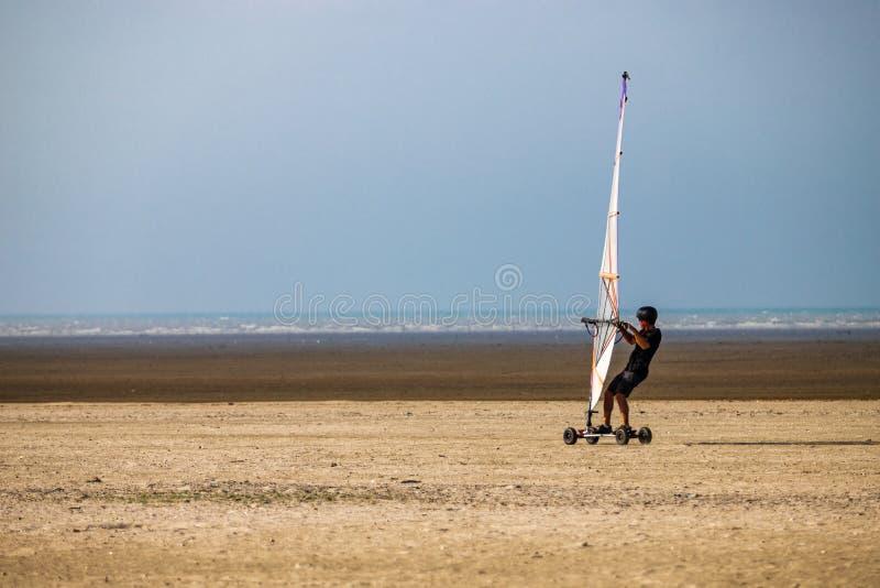 Windskate op het strand die in het zand lopen stock fotografie