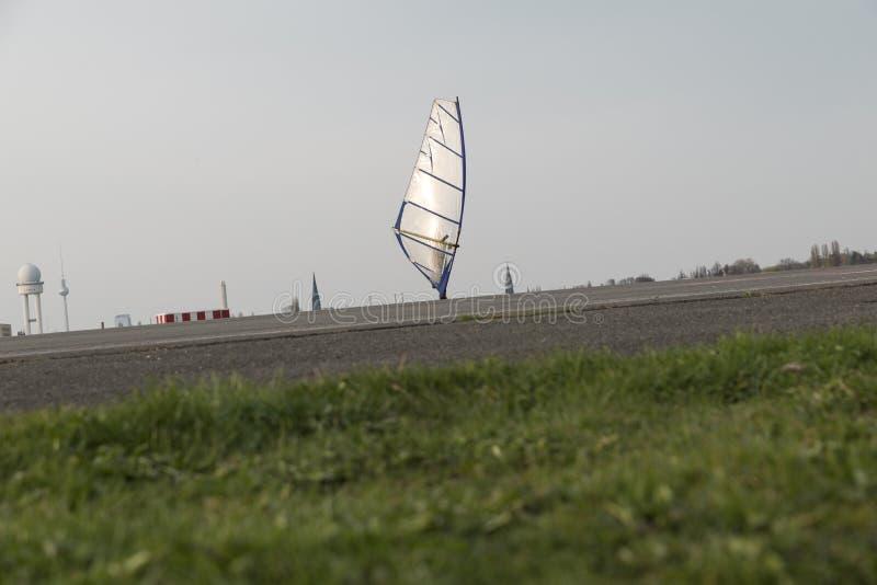 Windskating dans le coucher de soleil photographie stock libre de droits