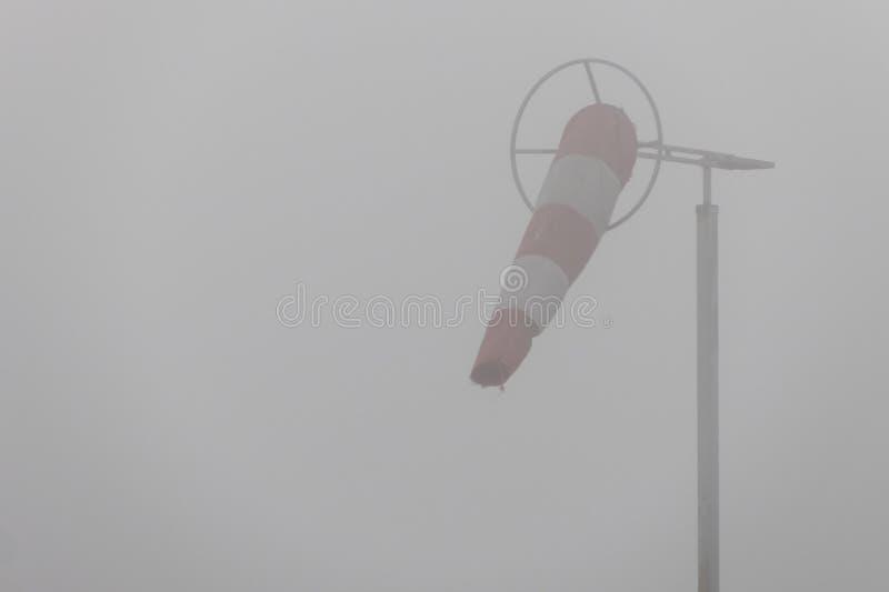 Windsock σε μια ομιχλώδη ημέρα στοκ εικόνα