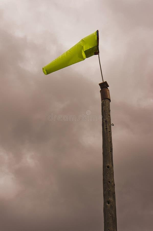 Windsock взлетно-посадочной полосы на деревянном поляке стоковое фото