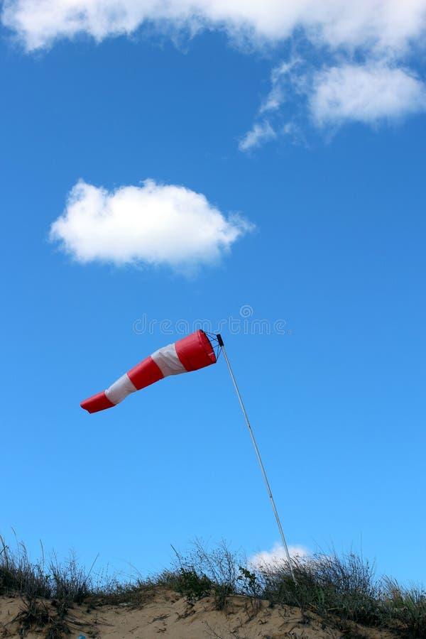 Windsock die op betrokken hemelachtergrond golven stock fotografie