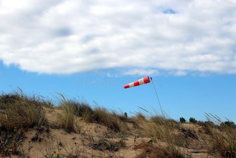 Windsock die op betrokken hemelachtergrond golven stock foto's