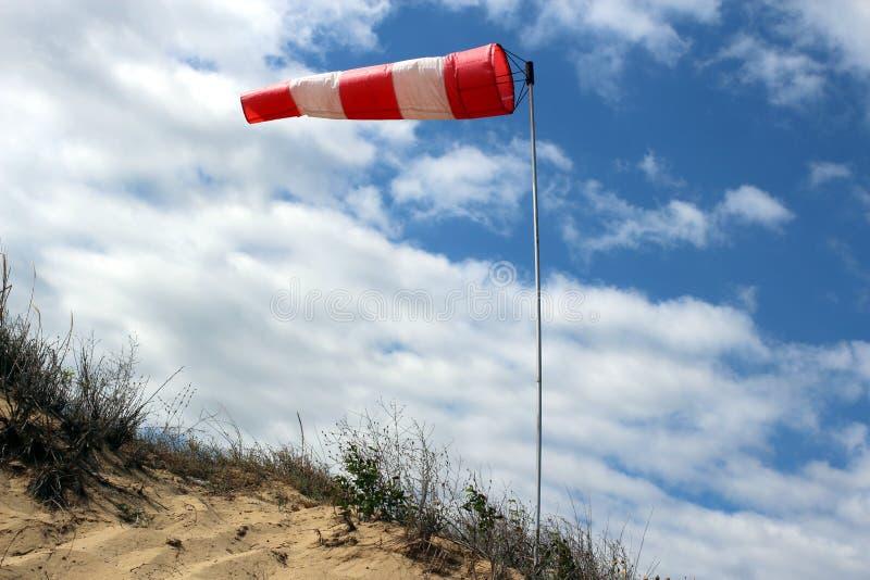 Windsock die op betrokken hemelachtergrond golven royalty-vrije stock afbeeldingen