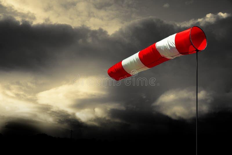 Windsock im bewölkten Himmel lizenzfreies stockbild