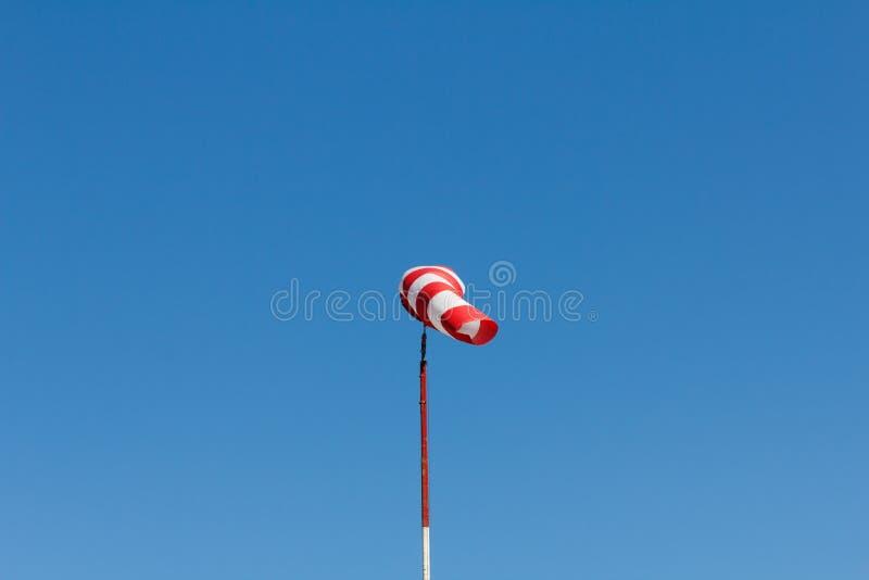 Windsock jako wymiernik dla wiatr?w, wiatrowy vane na aerodromu lotnisku na pokazie lotniczym zdjęcie stock