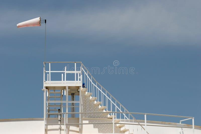 Windsock no tanque de armazenamento do petróleo fotos de stock royalty free