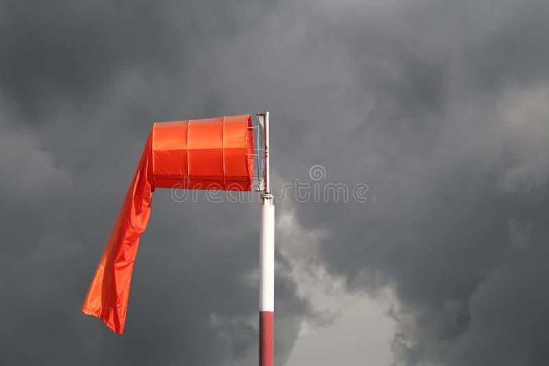 Windsocke der Ausrüstungskontrolle die Windschlagrichtung in Tageszeit stockfotografie
