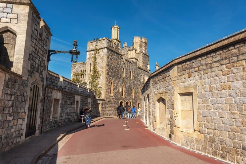 Windsor Berkshire, Inglaterra - 13 de maio de 2019: Turista que visita Windsor Castle É uma residência real em Berkshire, Inglate imagens de stock royalty free