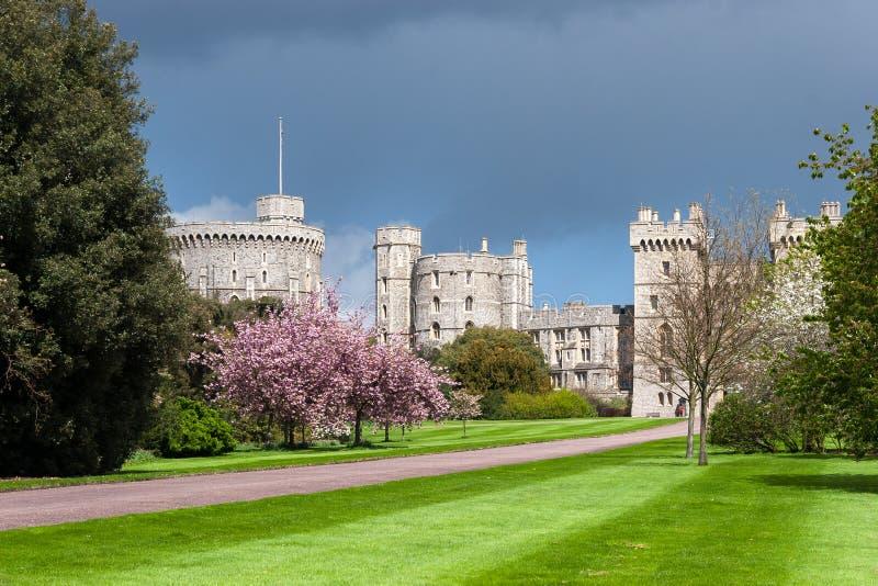WINDSOR BERKSHIRE/UK - APRIL 27: Scenisk sikt av Windsor Castle royaltyfri fotografi