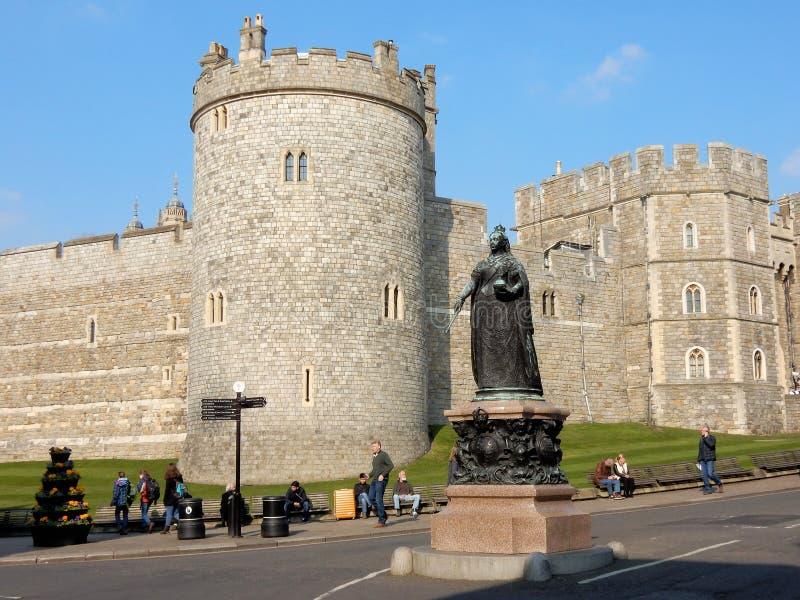 """Windsor Castle-†""""Salisbury-Turm und Statue der Königin Victoria am Fuß des Schloss-Hügels - Windsor - England - Vereinigtes Kön lizenzfreie stockbilder"""