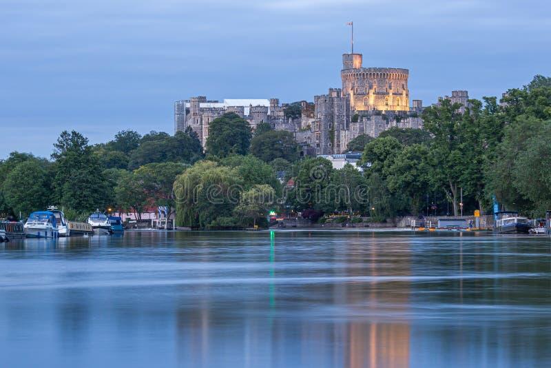 Windsor Castle donnant sur la Tamise, Angleterre photos libres de droits