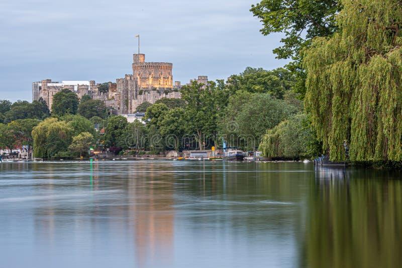 Windsor Castle donnant sur la Tamise, Angleterre images libres de droits
