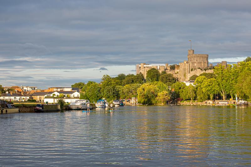 Windsor Castle som förbiser flodThemsen, England royaltyfria bilder
