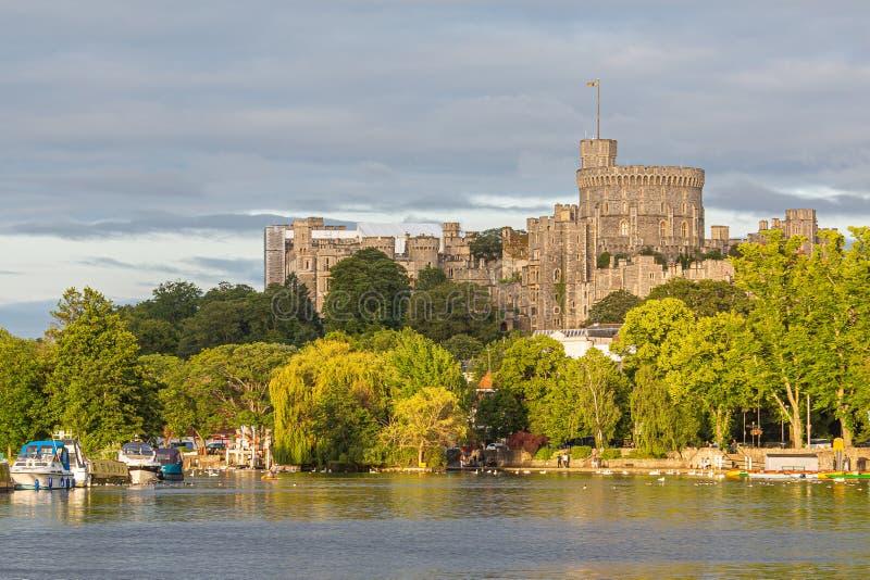 Windsor Castle som förbiser flodThemsen, England royaltyfri foto