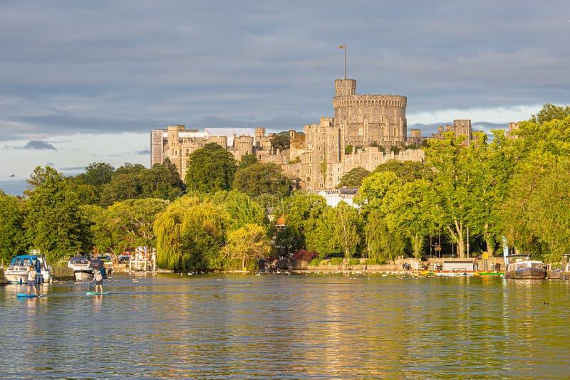 Windsor Castle som förbiser flodThemsen, England arkivbild