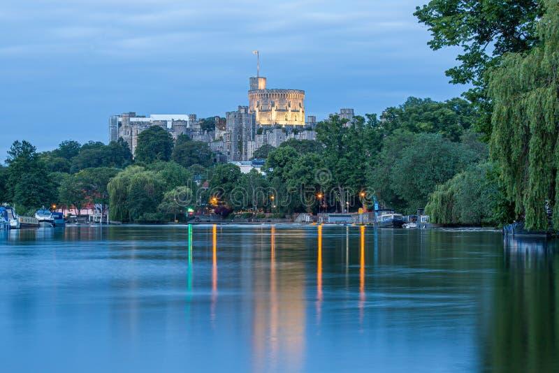 Windsor Castle som förbiser flodThemsen, England arkivfoto