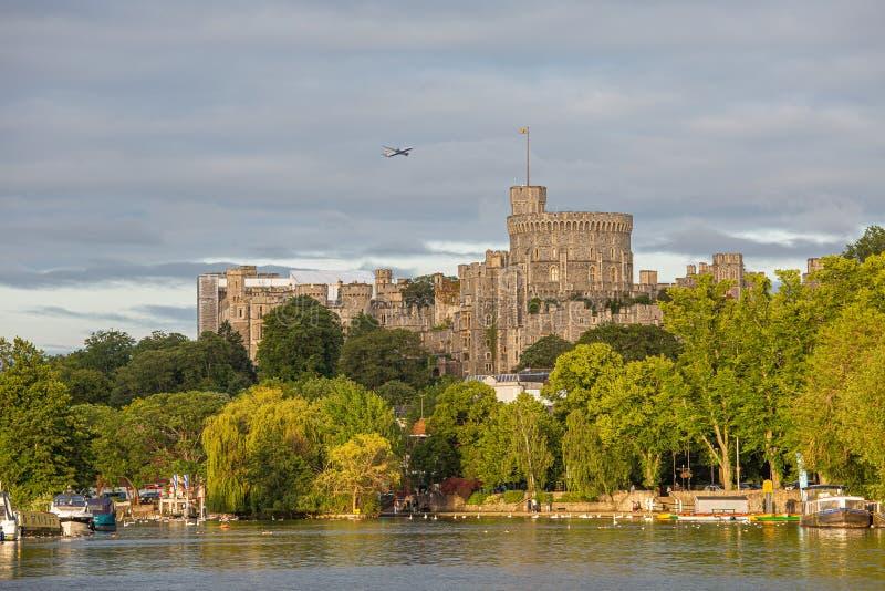 Windsor Castle som förbiser flodThemsen, England arkivbilder