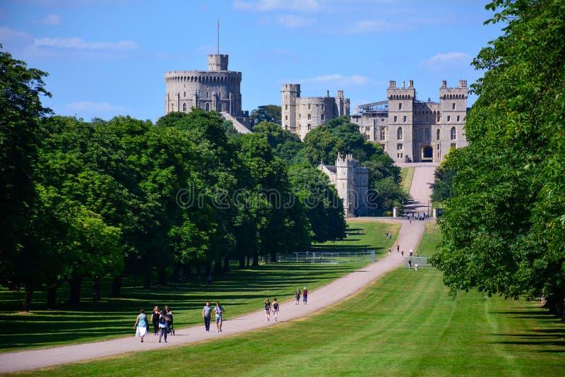 Windsor/Förenade kungariket — Juni 22, 2018: sikten av det långt går i Windsor med den Windsor slotten fotografering för bildbyråer