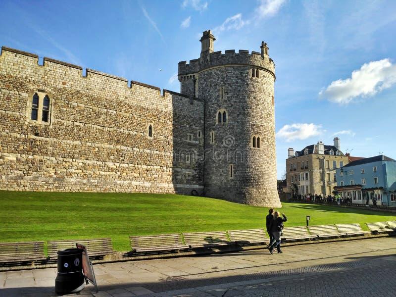 Windsor/Gran Bretaña - 2 de noviembre de 2016: Pared lateral y una torre de Windsor Castle en un día soleado imagenes de archivo