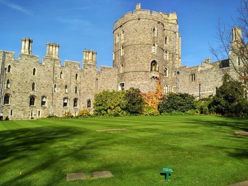 Windsor/Gran Bretaña - 2 de noviembre de 2016: Paredes, edificios y torres de Windsor Castle en un día soleado imagen de archivo