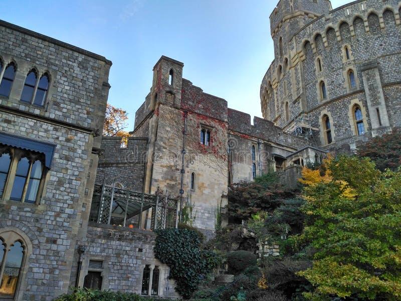 Windsor/Gran Bretaña - 2 de noviembre de 2016: Paredes, edificios y torres de Windsor Castle en un día soleado foto de archivo