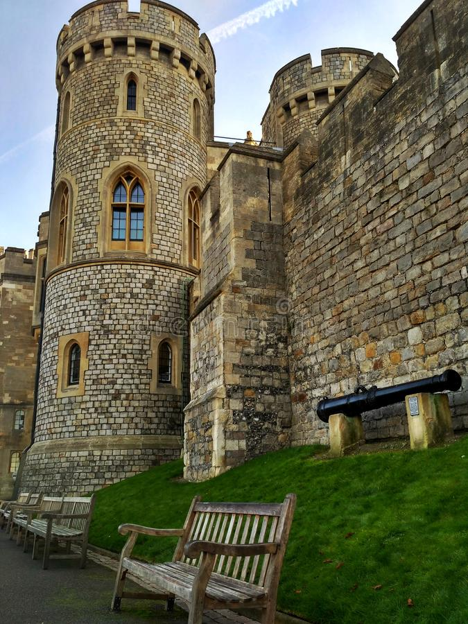 Windsor/Gran Bretaña - 2 de noviembre de 2016: Paredes, edificios y torres de Windsor Castle en un día soleado fotos de archivo