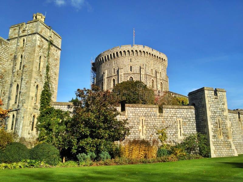 Windsor/Gran Bretagna - 2 novembre 2016: Pareti, costruzioni e torri di Windsor Castle un giorno soleggiato immagini stock libere da diritti
