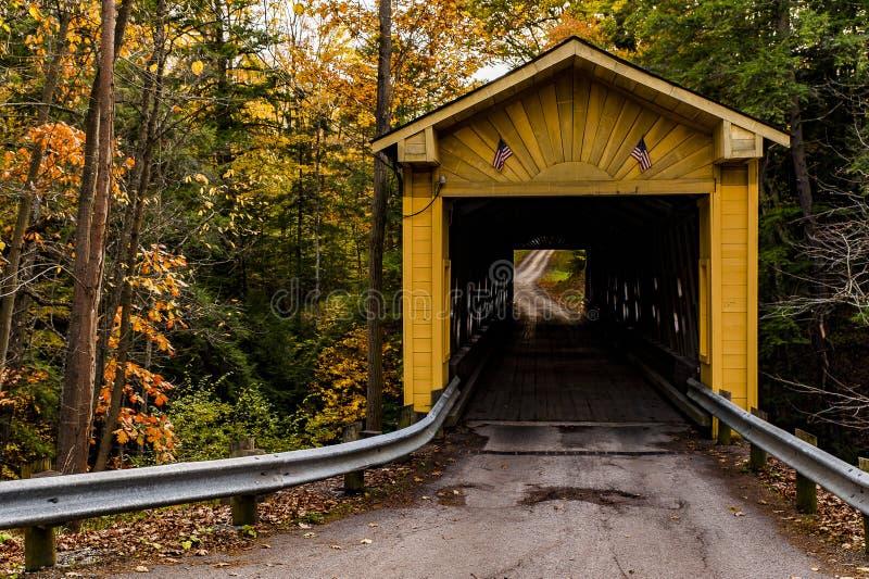 Windsor Mills Covered Bridge historique en automne - le comté d'Ashtabula, Ohio image libre de droits