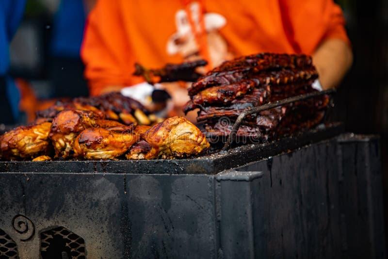 2019-06-01 Windsor, Ontario Kanada Ribfest festiwalu ziobro wieprzowiny grilla grilla kucharstwa szefa Karmowy kurczak Ci?gn?cy w obraz royalty free